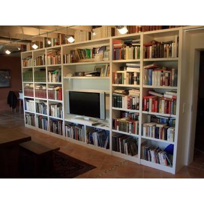 Bücherregalwand mit integrieten Fernseher