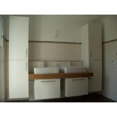 Waschtischplatte aus Eiche-Altholzplatten, Fronten lackiert