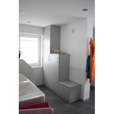 Einbauschränke im Bad, rechts integrierter Wäscheabwurf mit Klappe