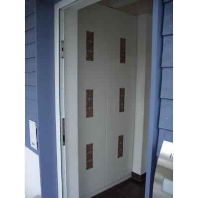 Einbauschrank im Eingangsbereich, Front weiß lackiert mit eingefrästen Mexikanische Fliesen